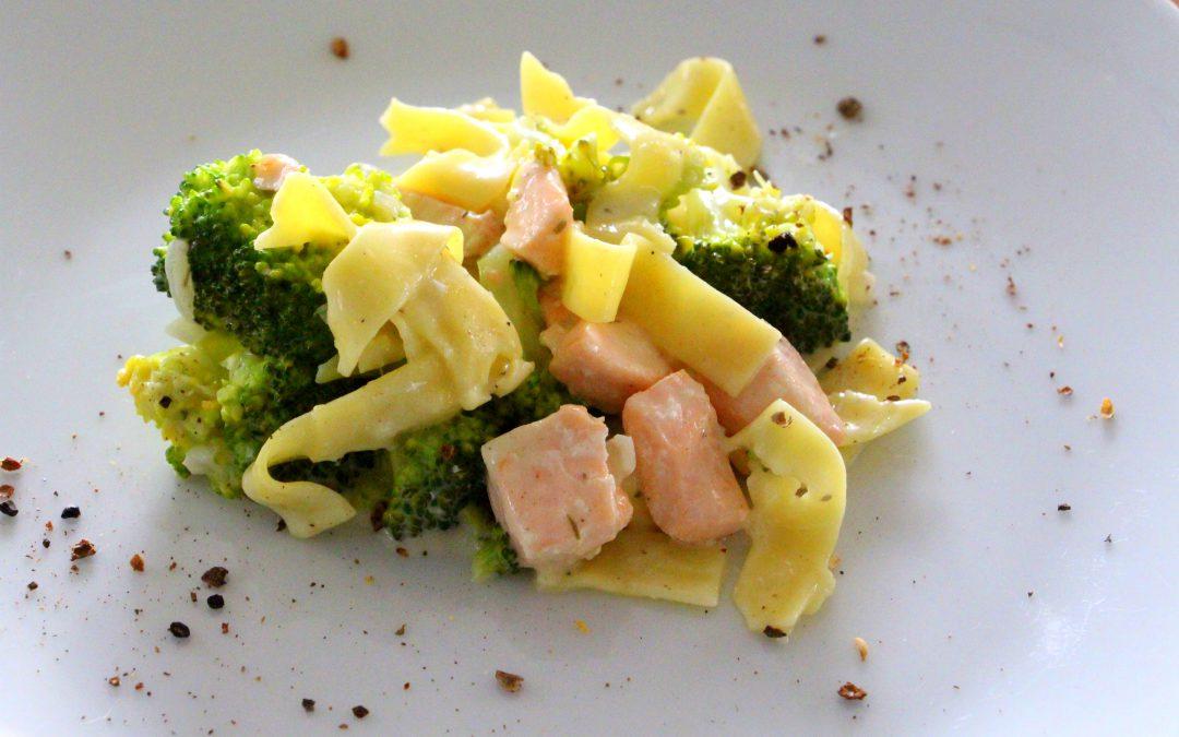 Lachsnudeln mit Brokkoli